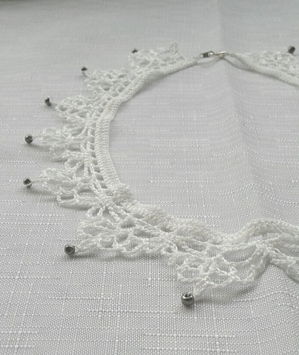NeckLACE in White with Beads