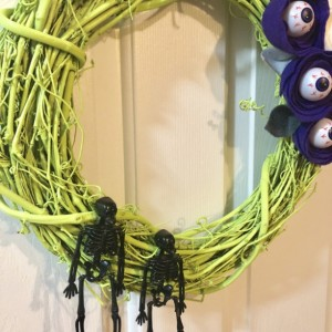 Green Skeleton Wreath with Felt Eyeball Flowers - Halloween Wreath  - Skeleton Duo Wreath - Halloween Decor - Fall Wreath - Felt Flower Eye