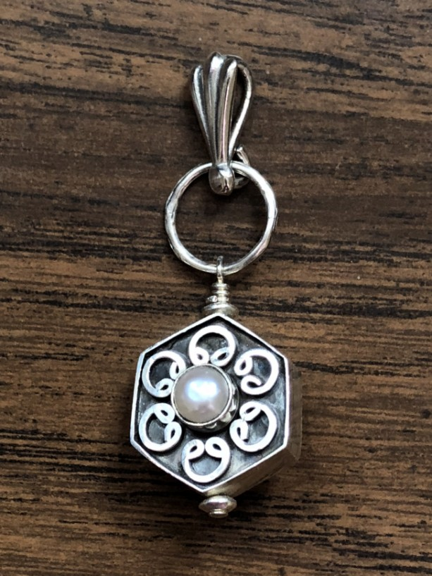 Sterling silver pendant with white freshwater pearl bead