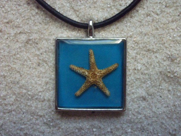 resin necklace blue w. starfish