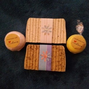 FREE SHIP 2 Large 6oz Bars and 2 Medium 3.5 oz Bath Bombs Gift Set All Natural Essential Oils