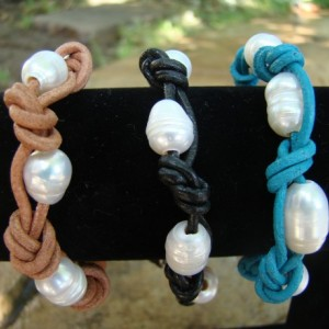 Single wrap leather and pearls bracelet