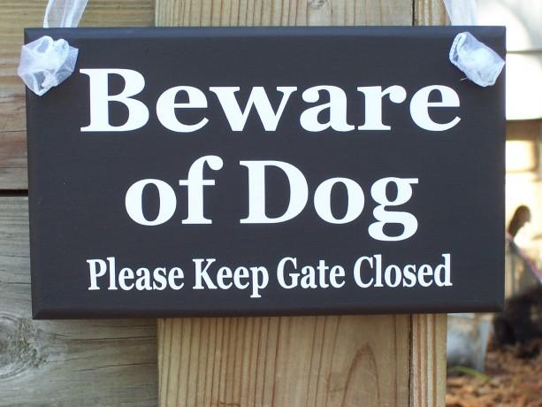 Beware of Dog Please Keep Gate Closed Wood Vinyl Sign Outdoor Door Gate Fence Yard Garden Hanger Home Warning Caution Premises Property