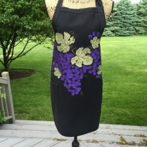 Purple grapes apron for women, black apron with 2 pockets, hostess gifts, rustic gifts, wine gift for women, bridal shower gift, best sellin