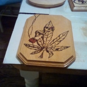 HANGING WOOD ART WALL PLAQUE STONED MARIJUANA POT LEAF CANNABIS WEED 420 DESIGN KUSH