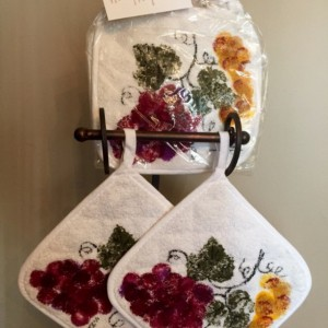Burgundy grapes kitchen pot holders set of 2, mothers day from daughter, wine decor kitchen gift, Tuscan decor, hostess gift, best selling