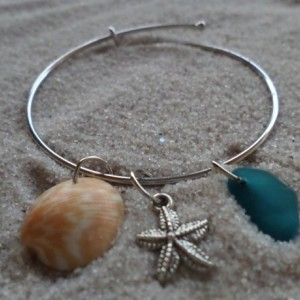 bangle bracelet w. sea glass, starfish & sea shell