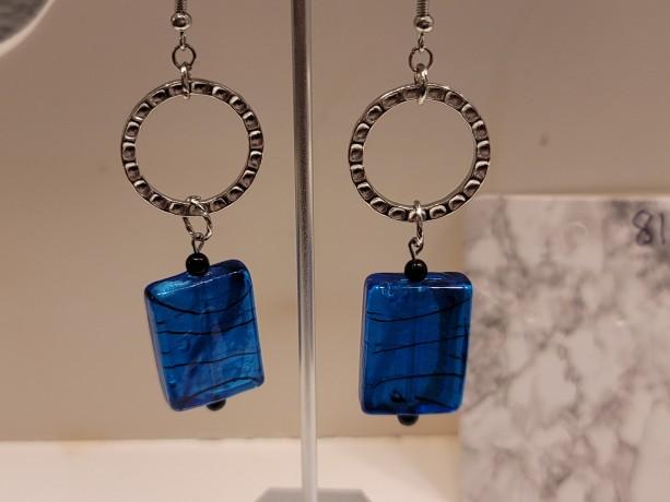 Hammered link metal chain and dark blue swirl bead earrings