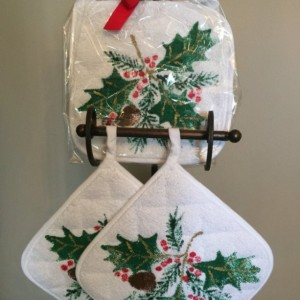 Holly and berry kitchen pot holders set of 2, hostess gift, best selling items, mom gift, christmas gift from daughter, housewarming gift