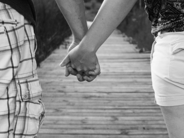 16X20 POSTER YOUNG LOVE HOLDING HANDS