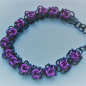 "Chainmaille bracelet black with Hot pink ""roses"""