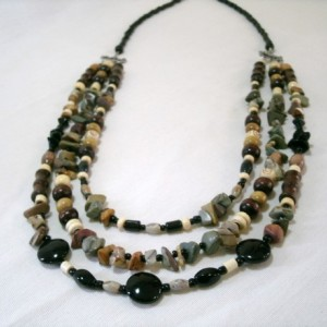 "Three strand necklace with mixed gemstones and wood ""Reilc"""