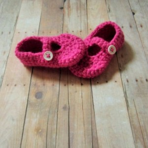 Crochet baby shoes, crochet Mary Janes, shoes with button, pink baby shoes, baby booties, pink crochet baby shoes, Mary Janes, crochet shoes