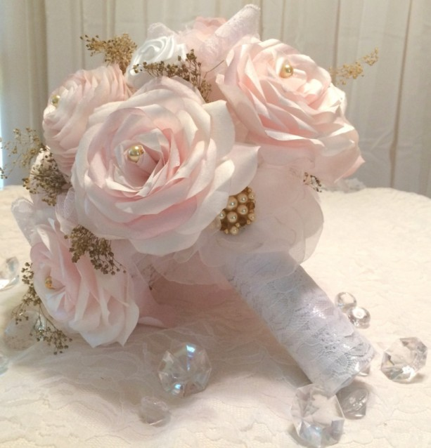 Blush paper roses lace pearls and gold baby 39 s breath for Bouquet chic