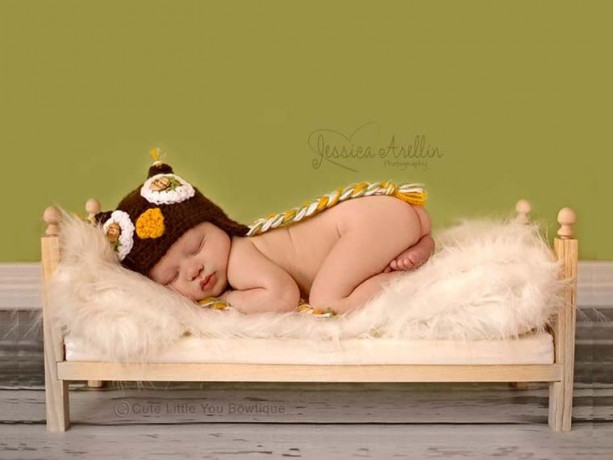 Small Classic Newborn Baby Photo Prop Bed with Mattress
